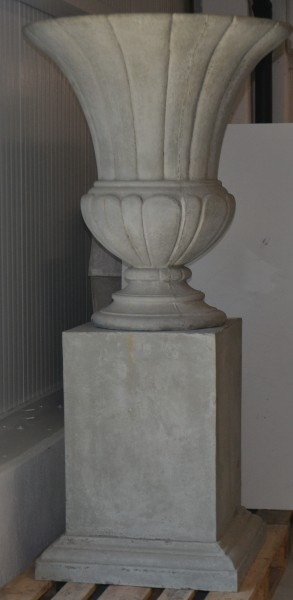 Urne mit Sockel